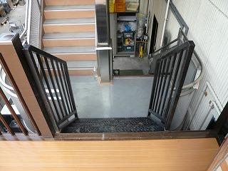 フロアから階段へ
