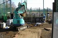 ショベルカーで掘削開始